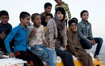 Umělkyně Neda Taiyebi s dětmi na transportéru - klikněte pro zobrazení detailu